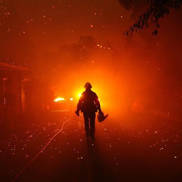 Chùm ảnh California sau cháy rừng: Thiên đường chìm trong biển lửa, con người nhỏ bé trốn chạy nhưng không bao giờ bỏ cuộc - Ảnh 26.