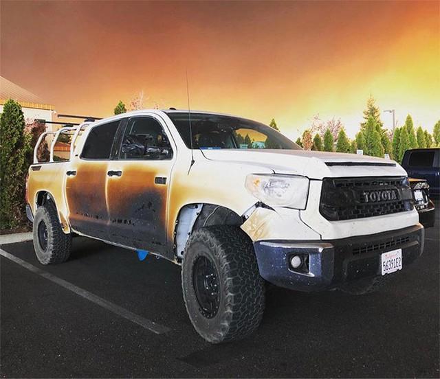 Đăng ảnh chiếc xe bị biến dạng sau khi cứu mạng nhiều người khỏi vụ cháy rừng khủng khiếp ở California, anh chàng y tá được Toyota tặng xe mới - Ảnh 2.