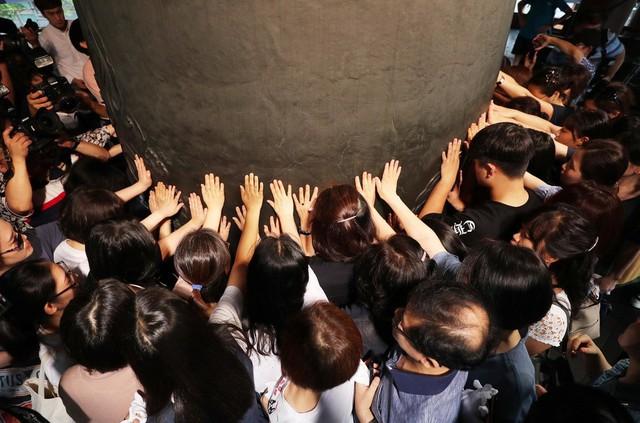 Những điều kỳ dị trong kỳ thi ĐH ở Hàn Quốc: Tặng giấy vệ sinh để giải quyết đề nhanh gọn, ngủ quá 4giờ/ngày sẽ thi trượt - Ảnh 2.