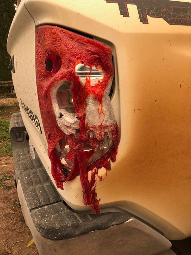 Đăng ảnh chiếc xe bị biến dạng sau khi cứu mạng nhiều người khỏi vụ cháy rừng khủng khiếp ở California, anh chàng y tá được Toyota tặng xe mới - Ảnh 4.