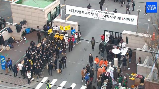 Những điều kỳ dị trong kỳ thi ĐH ở Hàn Quốc: Tặng giấy vệ sinh để giải quyết đề nhanh gọn, ngủ quá 4giờ/ngày sẽ thi trượt - Ảnh 4.