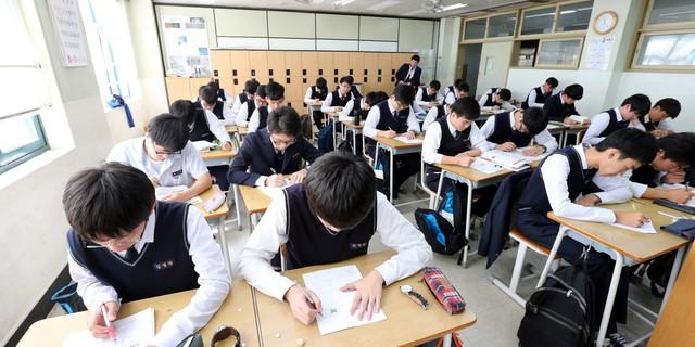 Những điều kỳ dị trong kỳ thi ĐH ở Hàn Quốc: Tặng giấy vệ sinh để giải quyết đề nhanh gọn, ngủ quá 4giờ/ngày sẽ thi trượt - Ảnh 6.