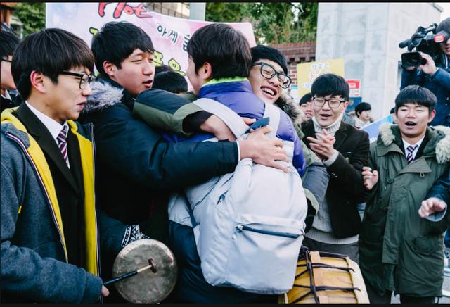 Những điều kỳ dị trong kỳ thi ĐH ở Hàn Quốc: Tặng giấy vệ sinh để giải quyết đề nhanh gọn, ngủ quá 4giờ/ngày sẽ thi trượt - Ảnh 9.