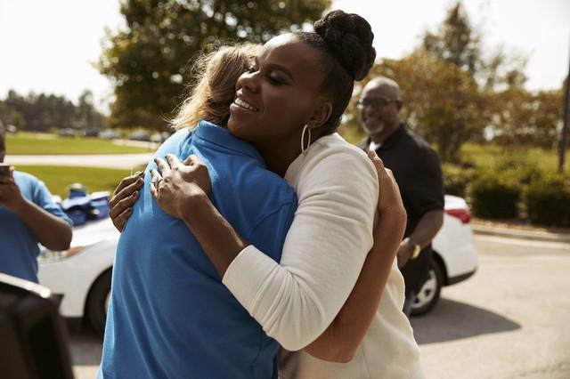 Muốn con hay chữ, phải yêu lấy thầy: Vị phụ huynh hào phóng tặng cô giáo của con một chiếc ô tô hiệu Ford Focus để bày tỏ tấm lòng - Ảnh 2.