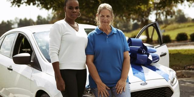Muốn con hay chữ, phải yêu lấy thầy: Vị phụ huynh hào phóng tặng cô giáo của con một chiếc ô tô hiệu Ford Focus để bày tỏ tấm lòng - Ảnh 1.