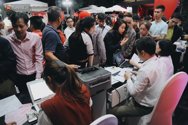 Hơn 2000 đơn hàng đăng kí mua xế hộp xe máy VinFast sau 2 ngày: càng về cuối càng đông, quá giờ đâyng cửa khách vẫn ùn ùn kéo đến - Ảnh 11.