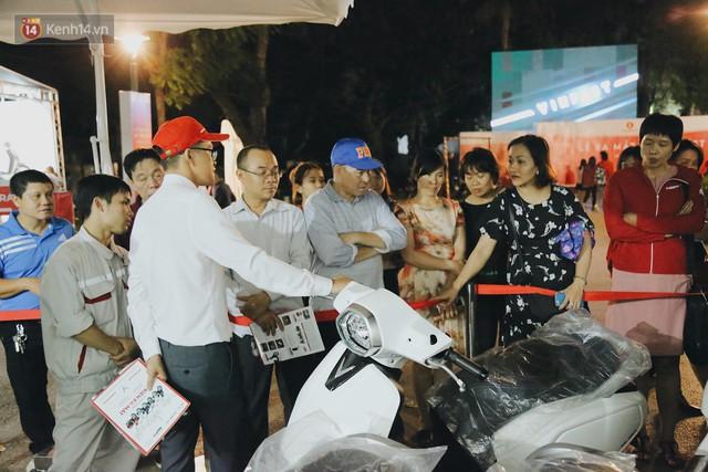 Hơn 2000 đơn hàng đăng kí mua xế hộp xe máy VinFast sau 2 ngày: càng về cuối càng đông, quá giờ đâyng cửa khách vẫn ùn ùn kéo đến - Ảnh 12.