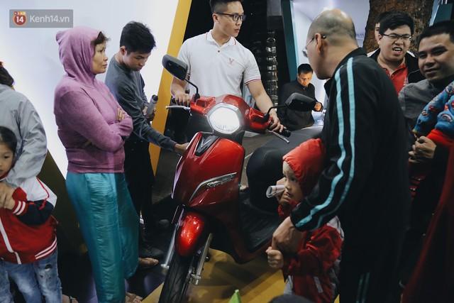Hơn 2000 đơn hàng đăng kí mua xế hộp xe máy VinFast sau 2 ngày: càng về cuối càng đông, quá giờ đâyng cửa khách vẫn ùn ùn kéo đến - Ảnh 13.