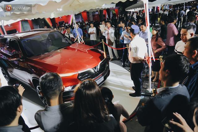 Hơn 2000 đơn hàng đăng kí mua xế hộp xe máy VinFast sau 2 ngày: càng về cuối càng đông, quá giờ đâyng cửa khách vẫn ùn ùn kéo đến - Ảnh 6.