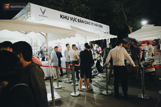 Hơn 2000 đơn hàng đăng kí mua xế hộp xe máy VinFast sau 2 ngày: càng về cuối càng đông, quá giờ đâyng cửa khách vẫn ùn ùn kéo đến - Ảnh 7.