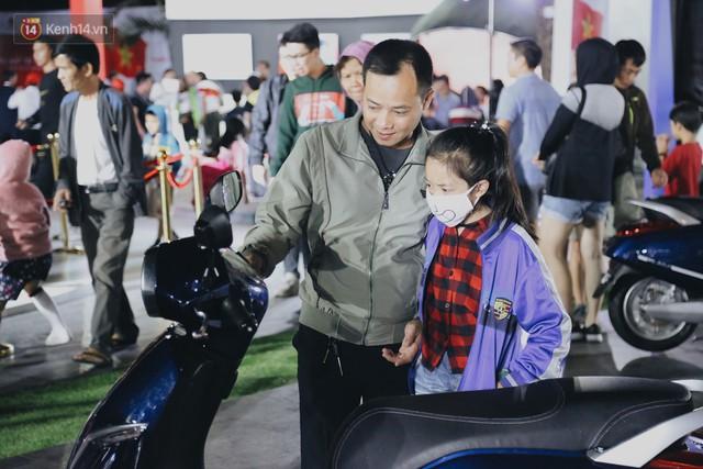 Hơn 2000 đơn hàng đăng kí mua xế hộp xe máy VinFast sau 2 ngày: càng về cuối càng đông, quá giờ đâyng cửa khách vẫn ùn ùn kéo đến - Ảnh 8.