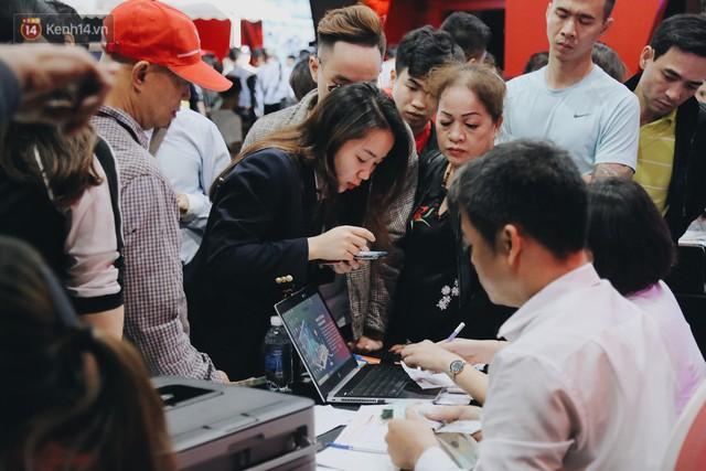 Hơn 2000 đơn hàng đăng kí mua xế hộp xe máy VinFast sau 2 ngày: càng về cuối càng đông, quá giờ đâyng cửa khách vẫn ùn ùn kéo đến - Ảnh 9.