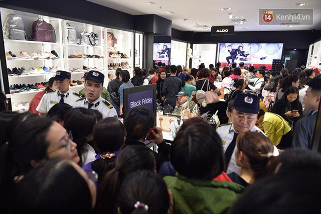 Vỡ trận ngày Black Friday ở TTTM Hà Nội: Hàng trăm người luồn lách qua khe cửa để mua hàng - Ảnh 2.
