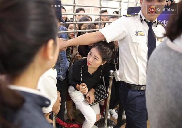 Vỡ trận ngày Black Friday ở TTTM Hà Nội: Hàng trăm người luồn lách qua khe cửa để mua hàng - Ảnh 11.