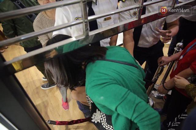 Vỡ trận ngày Black Friday ở TTTM Hà Nội: Hàng trăm người luồn lách qua khe cửa để mua hàng - Ảnh 12.