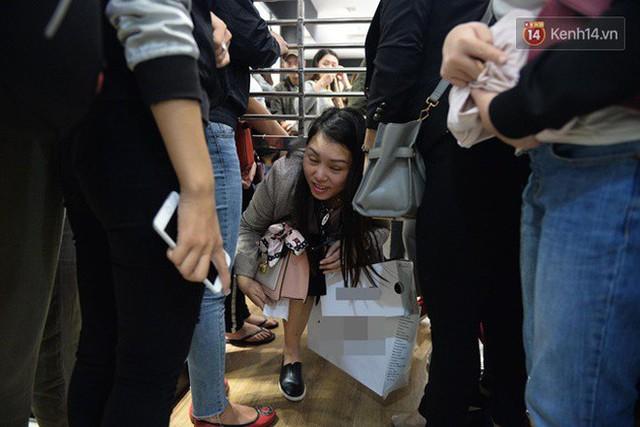 Vỡ trận ngày Black Friday ở TTTM Hà Nội: Hàng trăm người luồn lách qua khe cửa để mua hàng - Ảnh 13.