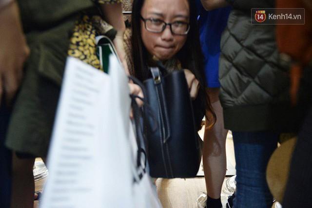 Vỡ trận ngày Black Friday ở TTTM Hà Nội: Hàng trăm người luồn lách qua khe cửa để mua hàng - Ảnh 14.