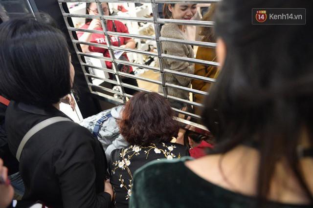 Vỡ trận ngày Black Friday ở TTTM Hà Nội: Hàng trăm người luồn lách qua khe cửa để mua hàng - Ảnh 16.