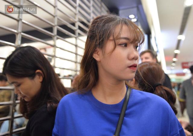 Vỡ trận ngày Black Friday ở TTTM Hà Nội: Hàng trăm người luồn lách qua khe cửa để mua hàng - Ảnh 7.