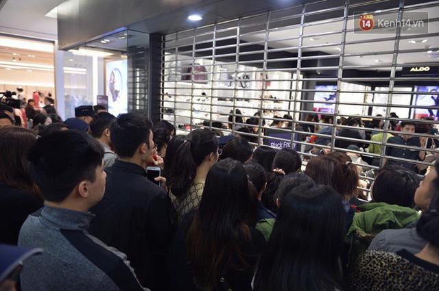 Vỡ trận ngày Black Friday ở TTTM Hà Nội: Hàng trăm người luồn lách qua khe cửa để mua hàng - Ảnh 8.