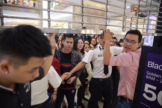 Vỡ trận ngày Black Friday ở TTTM Hà Nội: Hàng trăm người luồn lách qua khe cửa để mua hàng - Ảnh 9.