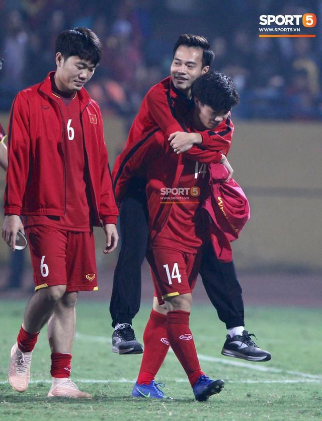 Công Phượng cõng Văn Toàn rời sân - khoảnh khắc của tình anh em gây xúc động - Ảnh 3.
