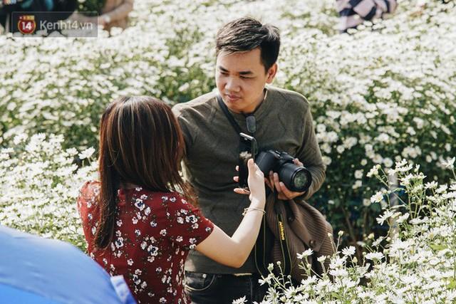 Vườn cúc họa mi ở Hà Nội tiếp tục thất thủ: Đường vào tắc nghẽn, chụp một bức ảnh phải né bao nhiêu người - Ảnh 22.