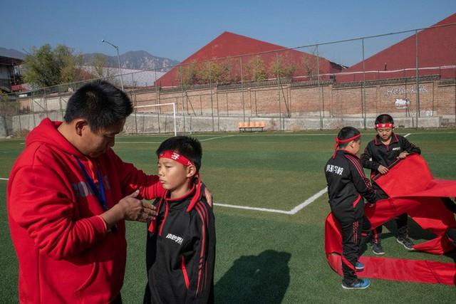 Trường học kỳ lạ ở Trung Quốc: Đào tạo những chàng trai ẻo lả, yếu ớt thành đàn ông đích thực - Ảnh 4.