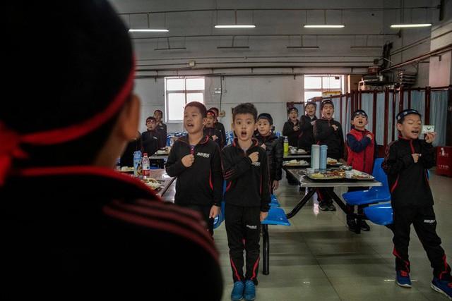 Trường học kỳ lạ ở Trung Quốc: Đào tạo những chàng trai ẻo lả, yếu ớt thành đàn ông đích thực - Ảnh 5.