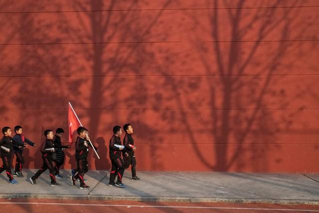 Trường học kỳ lạ ở Trung Quốc: Đào tạo những chàng trai ẻo lả, yếu ớt thành đàn ông đích thực - Ảnh 6.