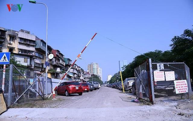 """Bãi đỗ xe thông minh """"đắp chiếu"""", thành nơi đổ rác tại Hà Nội - Ảnh 1."""