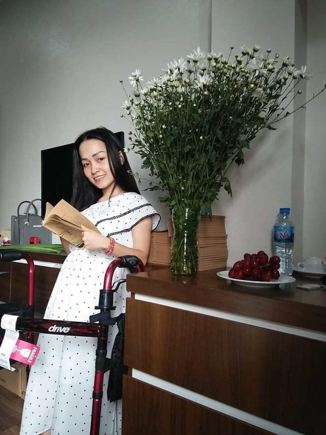 """Hành trình từ cô gái khuyết tật sinh ra nơi miền """"gió Lào cát trắng"""" trở thành nữ nhà văn khiến nhiều người cảm phục - Ảnh 1."""