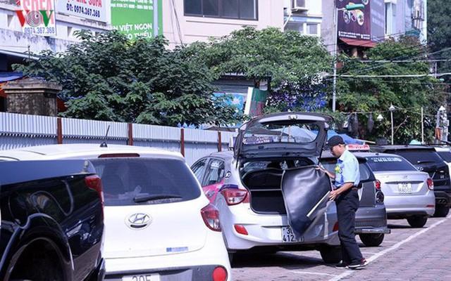 """Bãi đỗ xe thông minh """"đắp chiếu"""", thành nơi đổ rác tại Hà Nội - Ảnh 11."""