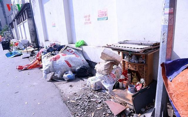 """Bãi đỗ xe thông minh """"đắp chiếu"""", thành nơi đổ rác tại Hà Nội - Ảnh 14."""