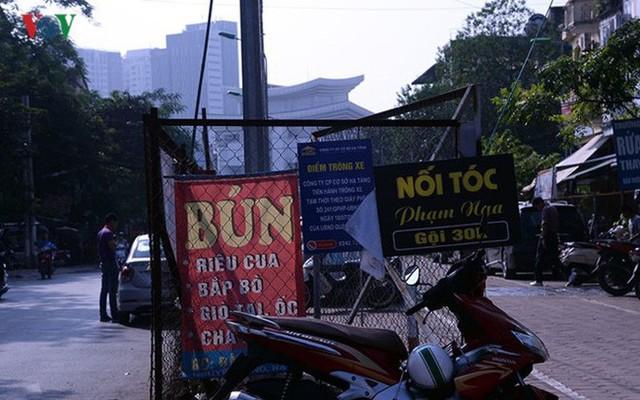 """Bãi đỗ xe thông minh """"đắp chiếu"""", thành nơi đổ rác tại Hà Nội - Ảnh 15."""