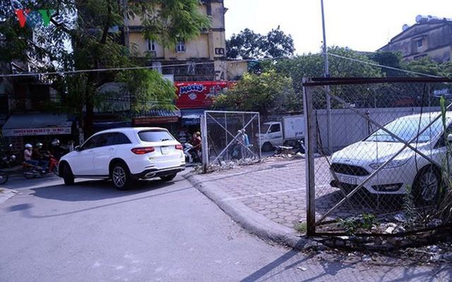 """Bãi đỗ xe thông minh """"đắp chiếu"""", thành nơi đổ rác tại Hà Nội - Ảnh 4."""