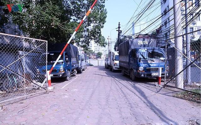 """Bãi đỗ xe thông minh """"đắp chiếu"""", thành nơi đổ rác tại Hà Nội - Ảnh 5."""