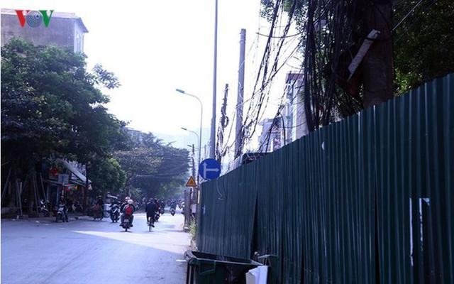"""Bãi đỗ xe thông minh """"đắp chiếu"""", thành nơi đổ rác tại Hà Nội - Ảnh 8."""
