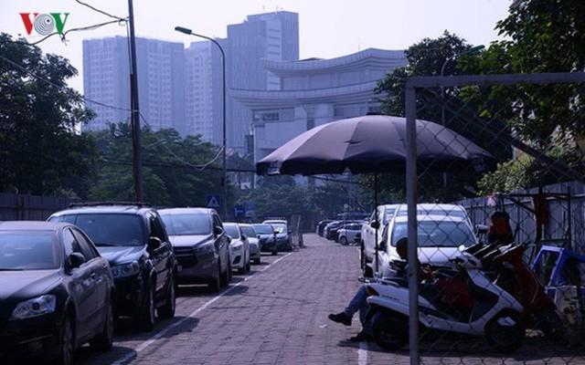 """Bãi đỗ xe thông minh """"đắp chiếu"""", thành nơi đổ rác tại Hà Nội - Ảnh 9."""