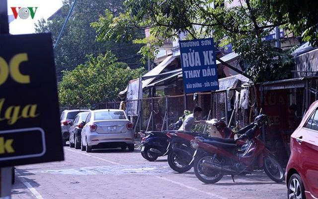"""Bãi đỗ xe thông minh """"đắp chiếu"""", thành nơi đổ rác tại Hà Nội - Ảnh 10."""