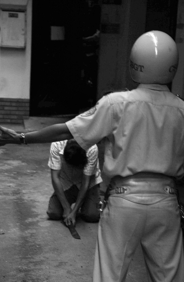 Tác giả bộ ảnh CSGT bắt cướp ở Sài Gòn 11 năm trước: Thật kì diệu vì họ có thể thuyết phục tên cướp buông kiếm đầu hàng - Ảnh 12.