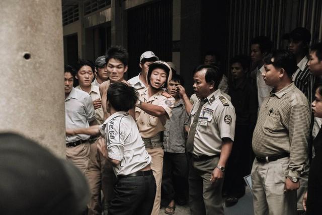 Tác giả bộ ảnh CSGT bắt cướp ở Sài Gòn 11 năm trước: Thật kì diệu vì họ có thể thuyết phục tên cướp buông kiếm đầu hàng - Ảnh 16.