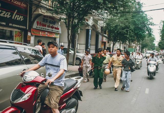 Tác giả bộ ảnh CSGT bắt cướp ở Sài Gòn 11 năm trước: Thật kì diệu vì họ có thể thuyết phục tên cướp buông kiếm đầu hàng - Ảnh 6.