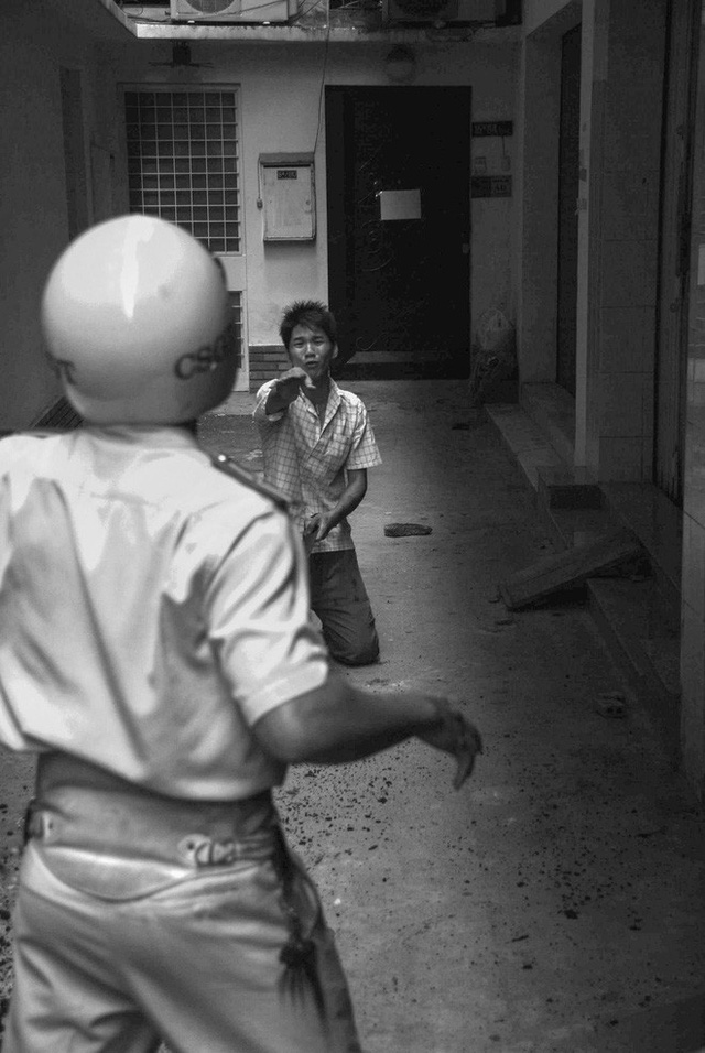 Tác giả bộ ảnh CSGT bắt cướp ở Sài Gòn 11 năm trước: Thật kì diệu vì họ có thể thuyết phục tên cướp buông kiếm đầu hàng - Ảnh 8.