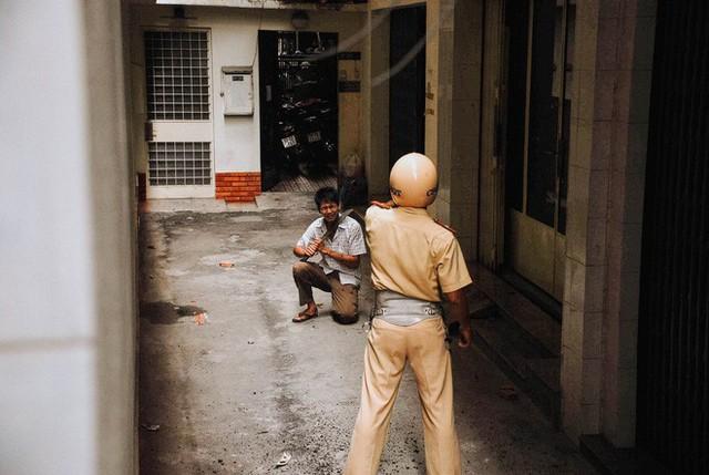 Tác giả bộ ảnh CSGT bắt cướp ở Sài Gòn 11 năm trước: Thật kì diệu vì họ có thể thuyết phục tên cướp buông kiếm đầu hàng - Ảnh 9.