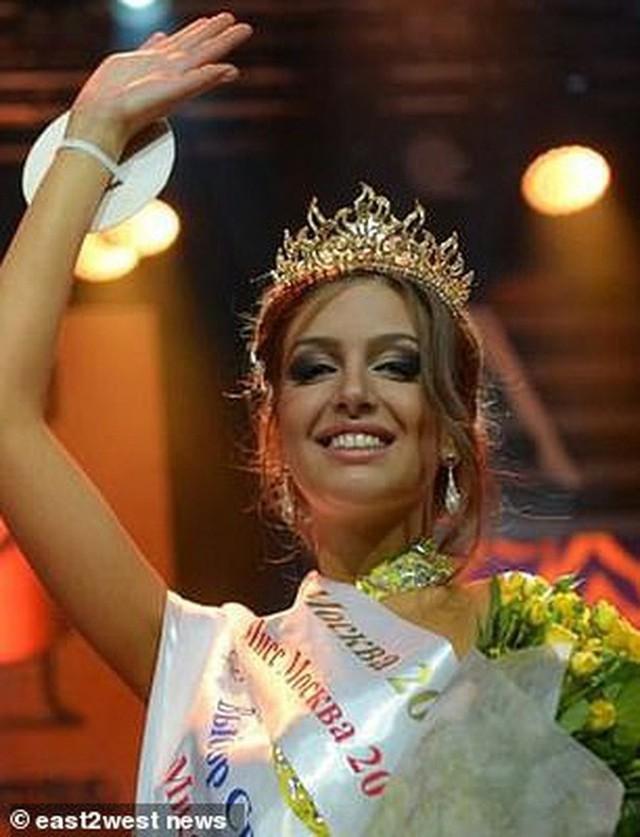 Cựu hoa hậu Nga làm đám cưới với quốc vương Malaysia, chia sẻ rằng đàn ông không được kiếm ít tiền hơn phụ nữ - Ảnh 9.