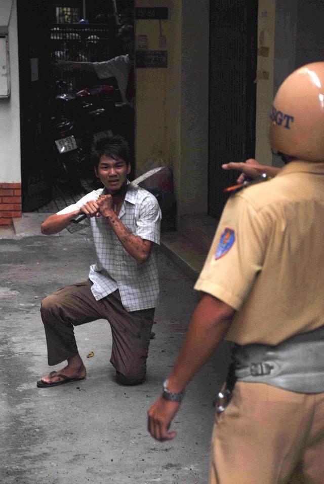 Tác giả bộ ảnh CSGT bắt cướp ở Sài Gòn 11 năm trước: Thật kì diệu vì họ có thể thuyết phục tên cướp buông kiếm đầu hàng - Ảnh 10.