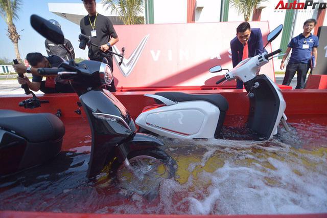 Ngắm VinFast Klara lội nước nửa mét nhẹ nhàng: Xe máy điện thông minh không ngại lụt lội Việt Nam - Ảnh 6.
