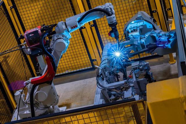 Để làm ra chiếc xe điện thông minh, nhà máy VinFast đã hoạt động như thế nào? - Ảnh 2.
