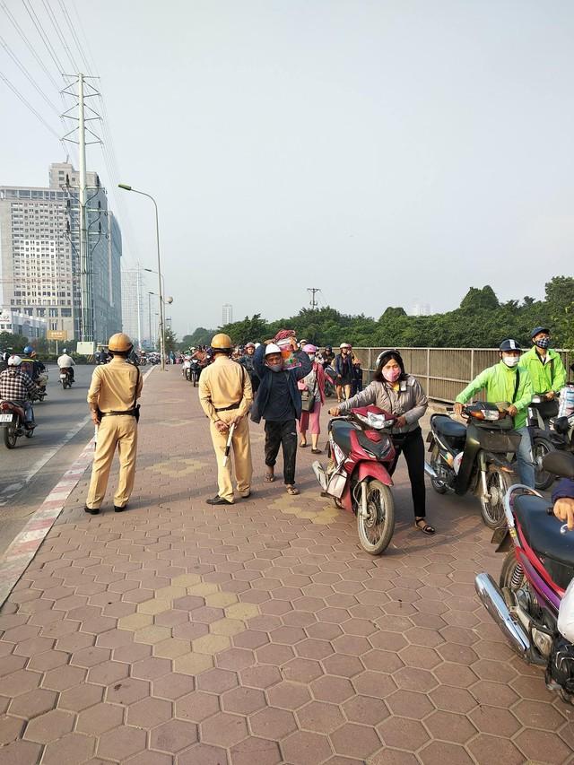 Clip: Cả đoàn người cùng nhau dắt xe máy ngược chiều trên vỉa hè để không bị phạt vi phạm giao thông - Ảnh 2.